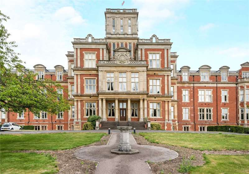 2 Bedrooms Flat for sale in Victoria Court, Royal Earlswood Park, Redhill, Surrey, RH1