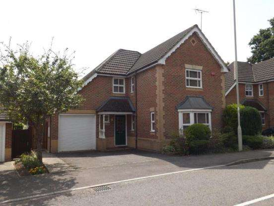 4 Bedrooms Detached House for sale in Church Crookham, Fleet