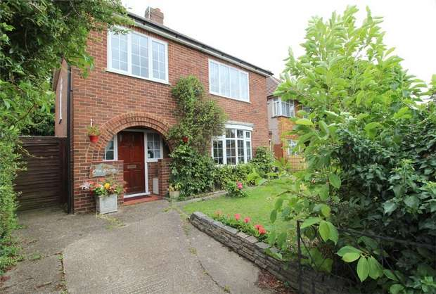 3 Bedrooms Detached House for sale in Lord Knyvett Close, Stanwell, Surrey