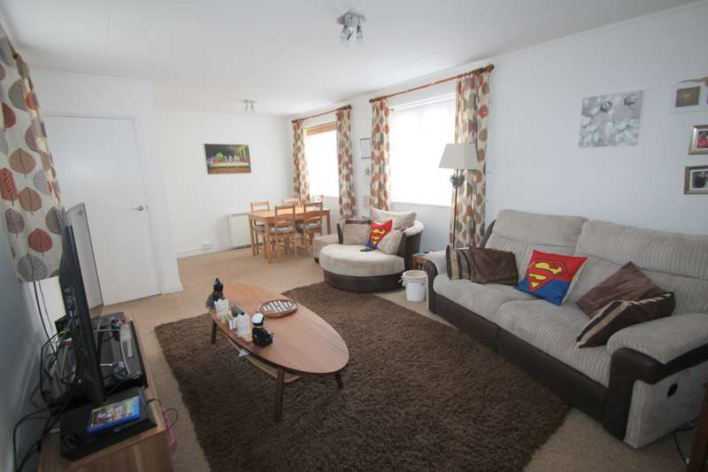 2 Bedrooms Flat for sale in Elmcroft, Elmcroft Drive, Ashford, TW15