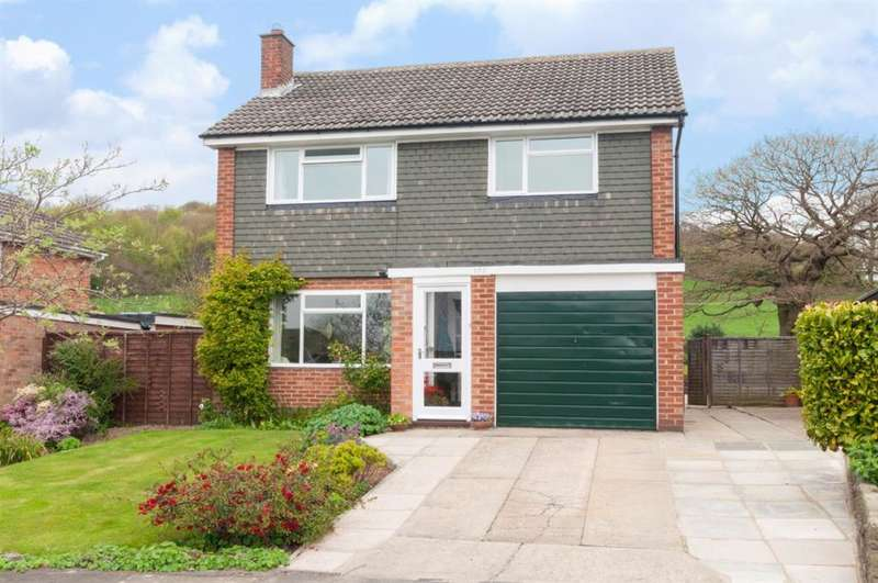 4 Bedrooms Detached House for sale in Hall Park Avenue, Horsforth, LS18