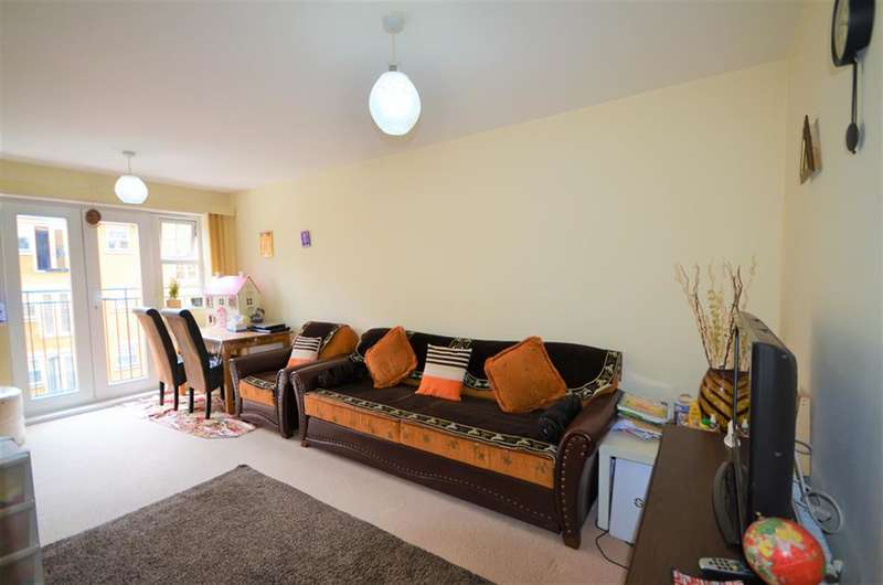 2 Bedrooms Flat for sale in Warren Way, Edgware, Middlesex, HA8 5RB