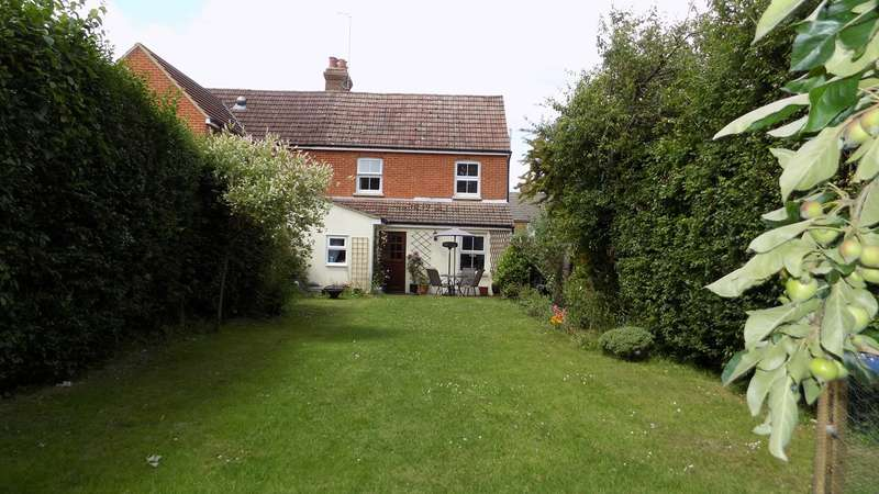 3 Bedrooms Semi Detached House for sale in Copse Way, Wrecclesham, Farnham, GU10