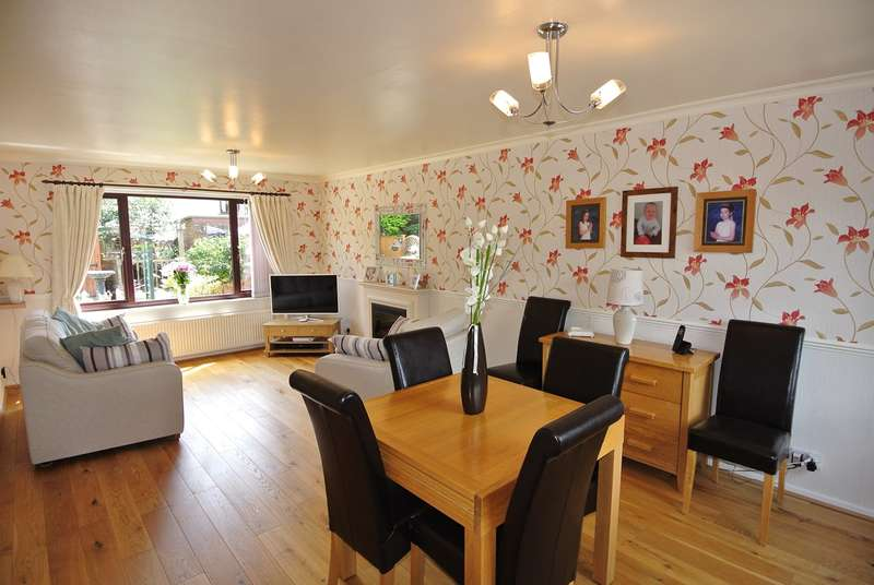 3 Bedrooms Town House for sale in Roundway, Honley, Holmfirth, HD9