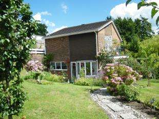 4 Bedrooms Detached House for sale in Dunedin Drive, Caterham, Surrey, .