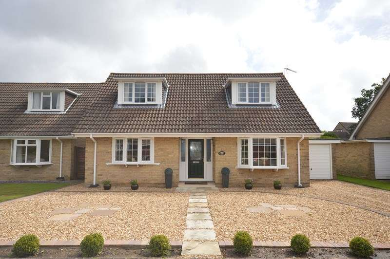3 Bedrooms Bungalow for sale in Little Dene Copse, Pennington, Lymington