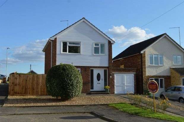 3 Bedrooms Detached House for sale in Barker Road, Earls Barton, Northampton NN6 0PA