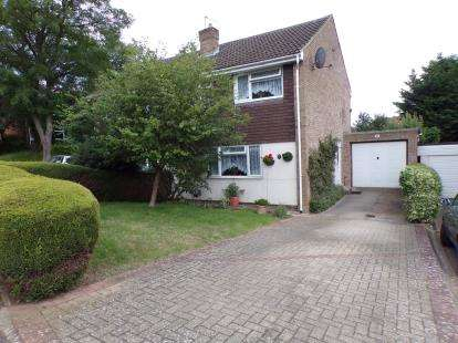 3 Bedrooms Semi Detached House for sale in Bridle Drive, Clapham, Bedford, Bedfordshire