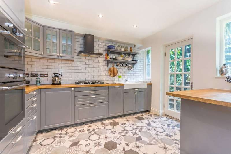 2 Bedrooms Flat for sale in Kyverdale Road, Stoke Newington, N16
