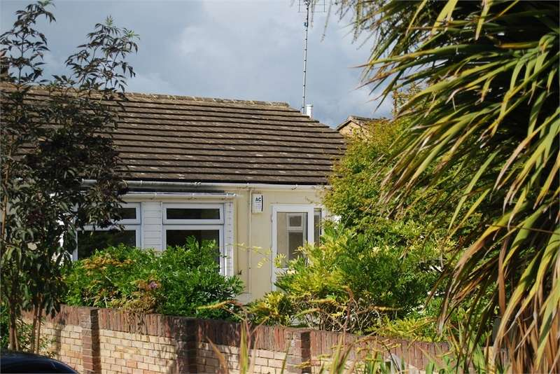 3 Bedrooms Semi Detached Bungalow for sale in Crescent Road, Stonehouse, Gloucestershire