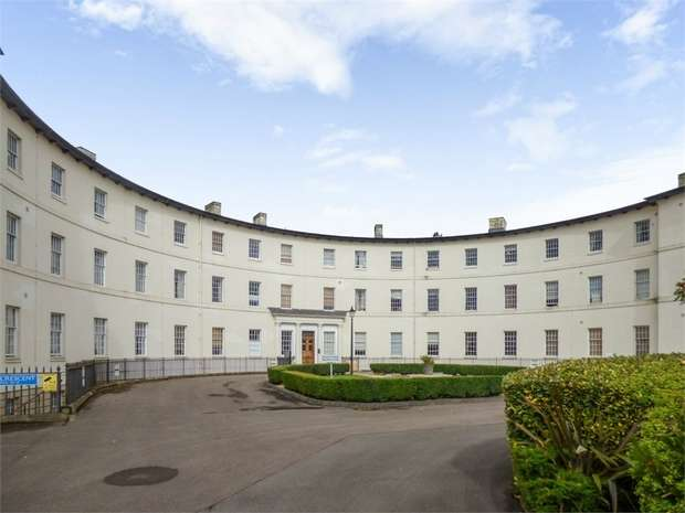 3 Bedrooms Flat for sale in The Crescent, Gloucester