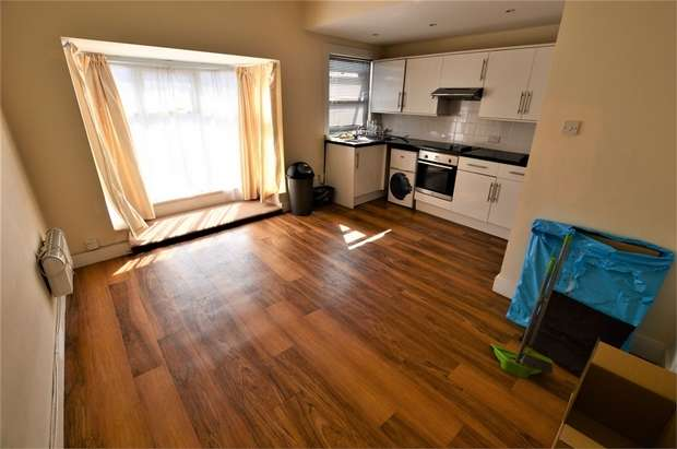 2 Bedrooms Flat for sale in Woodside Green, London