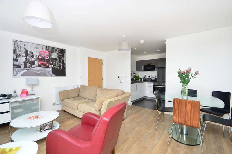 2 Bedrooms Flat for rent in Roseberry Place, Dalston, E8