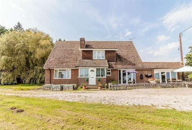 4 Bedrooms Detached House for sale in Beacon Lane, Staplecross, Robertsbridge, East Sussex