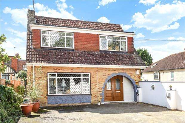 4 Bedrooms Detached House for sale in Chertsey Lane, Staines-upon-Thames, Surrey