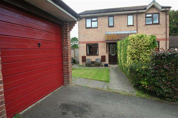 2 Bedrooms Semi Detached House for sale in Brighton Hill, Basingstoke, Hampshire