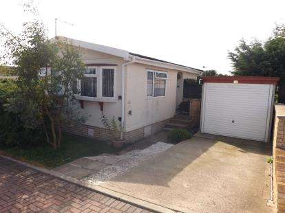 2 Bedrooms Bungalow for sale in Kingsmead Park, Swinhope, Market Rasen, Lincolnshire