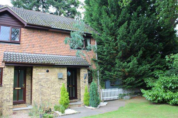 2 Bedrooms End Of Terrace House for sale in West End, Surrey