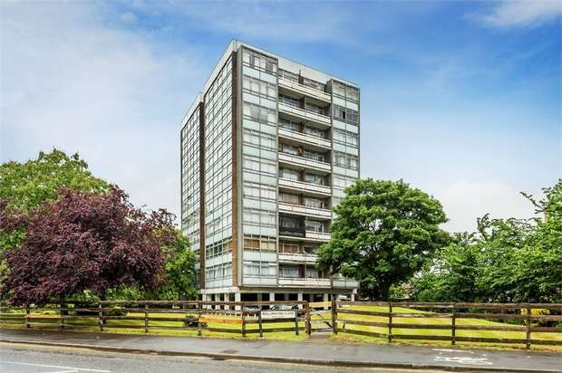 2 Bedrooms Flat for sale in Wellington Close, WALTON-ON-THAMES, Surrey