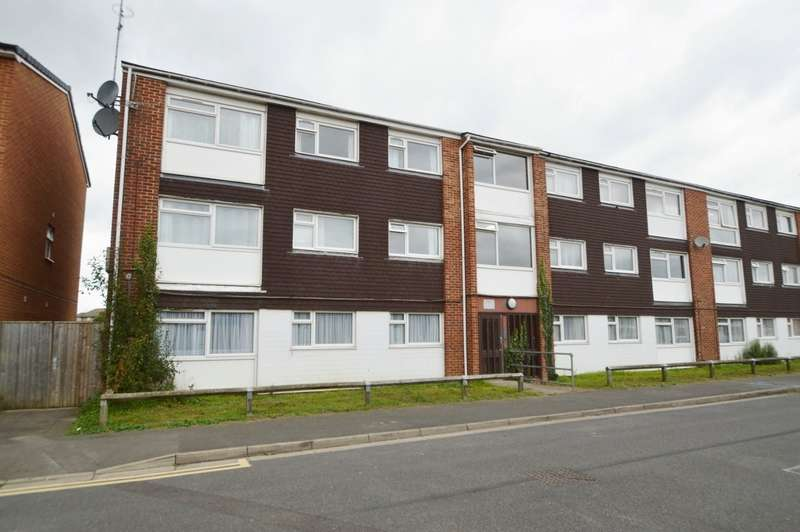 2 Bedrooms Flat for sale in Quantock Close, Langley, SL3