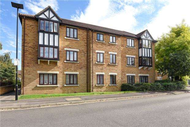 2 Bedrooms Apartment Flat for sale in Charleston Close, Feltham