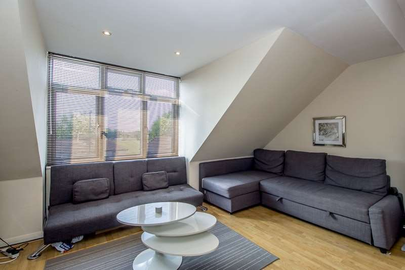 2 Bedrooms Flat for sale in CAROLINA ROAD, THORNTON HEATH, Surrey, CR7