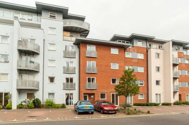 1 Bedroom Flat for sale in Coxhill Way, Aylesbury, Buckinghamshire, HP21