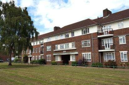 1 Bedroom Flat for sale in Ashridge Court, Reservoir Road, Oakwood, London
