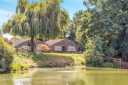 3 Bedrooms Bungalow for sale in Rownhams, Southampton, Hampshire