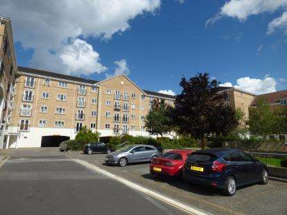 2 Bedrooms Flat for sale in The Dell, Banister Park, Southampton