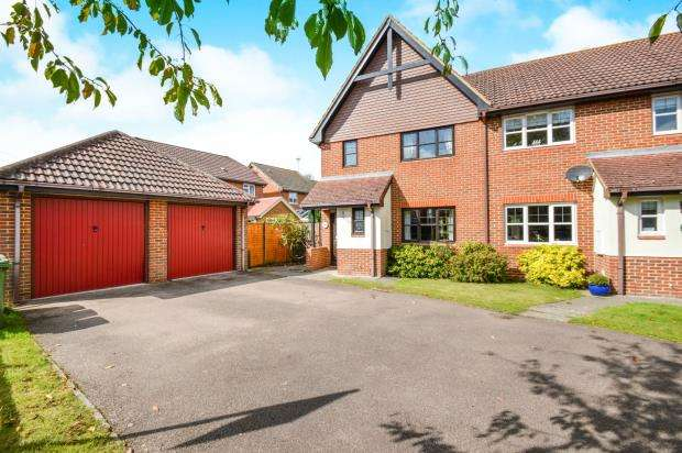 3 Bedrooms End Of Terrace House for sale in Eversely, Hook, Hampshire
