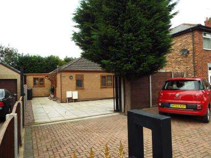 3 Bedrooms Bungalow for sale in Wigan Road, Leigh, Greater Manchester