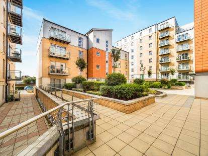 2 Bedrooms Flat for sale in Queen Mary Avenue, London