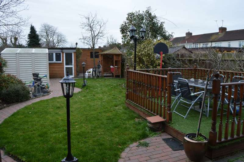 3 Bedrooms Semi Detached House for sale in Chestnut Avenue, Hornchurch