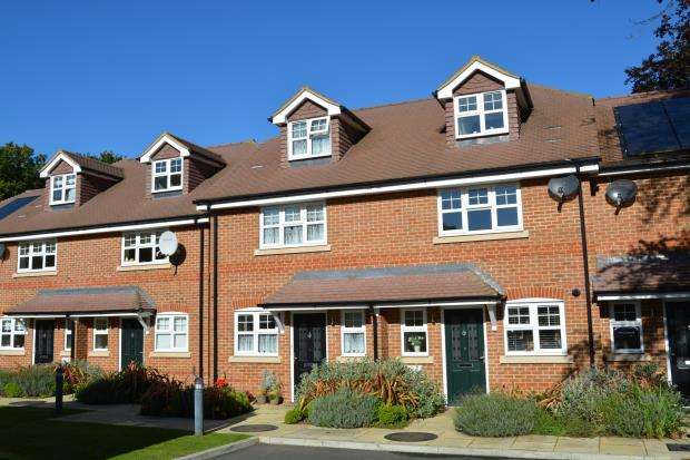 3 Bedrooms End Of Terrace House for sale in London Road, Hook, Hampshire