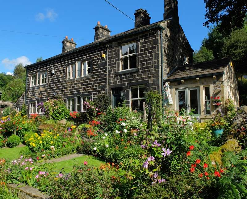 4 Bedrooms Semi Detached House for sale in Hallroyd Road Todmorden
