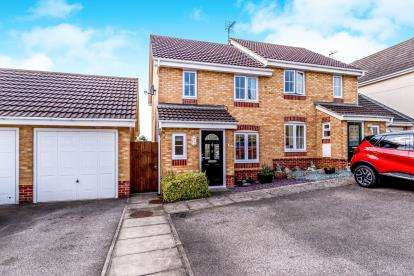 3 Bedrooms Semi Detached House for sale in Claridge Close, Leighton Buzzard, Bedford, Bedfordshire