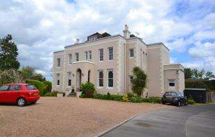 2 Bedrooms Flat for sale in Garstons, High Street, Burwash, East Sussex