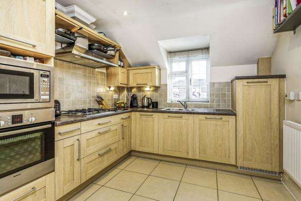 2 Bedrooms Flat for sale in Eastwick Road, Bookham, Surrey