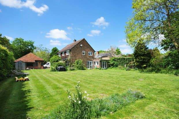3 Bedrooms Detached House for sale in Bramley Road Silchester Reading