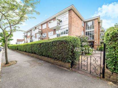 2 Bedrooms Flat for sale in Woodford Green, Essex