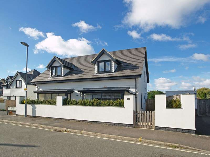 2 Bedrooms Semi Detached House for sale in Buce Hayes Close, Highcliffe, Christchurch