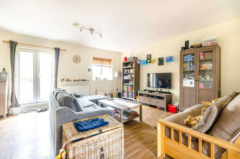 2 Bedrooms Flat for sale in Blakes Road, Peckham, SE15