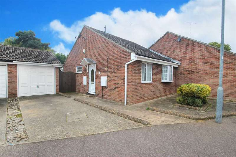 2 Bedrooms Bungalow for sale in Blake Drive, Clacton-On-Sea