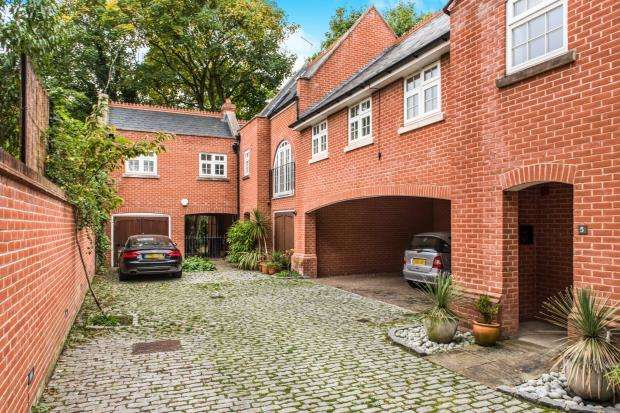 3 Bedrooms Terraced House for sale in Electric Parade, Surbiton, Surrey