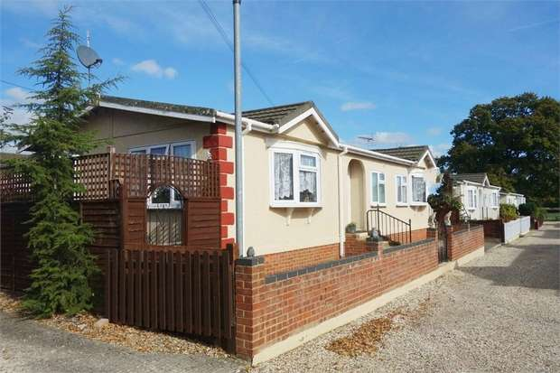 3 Bedrooms Park Home Mobile Home for sale in Beech Hill Road, Spencers Wood, Reading, Berkshire