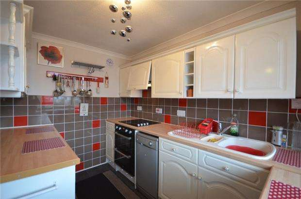 2 Bedrooms Apartment Flat for sale in Bell Lane, Blackwater, Surrey