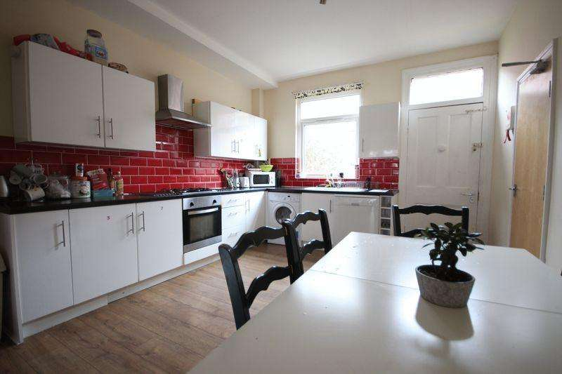 6 Bedrooms Terraced House for rent in Headingley Avenue, Leeds