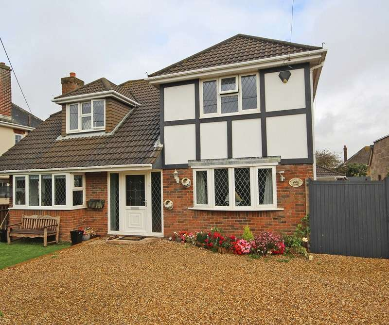 4 Bedrooms Chalet House for sale in Beach Avenue, Barton On Sea, New Milton