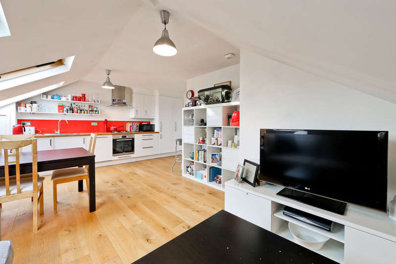 2 Bedrooms Flat for sale in Finsbury Park Road, London